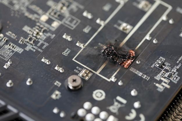 Nahaufnahmeansicht des schädigenden grafikadapters heraus gebrannt nach hack