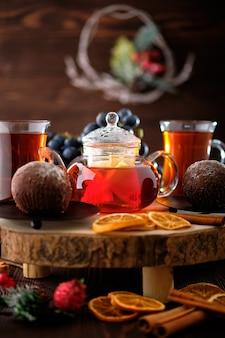 Nahaufnahmeansicht des trauben- und zitronentees mit schokoladenkuchen