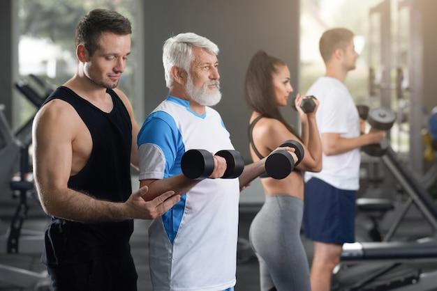 Nahaufnahmeansicht von männern und von frau auf dem training in der turnhalle.