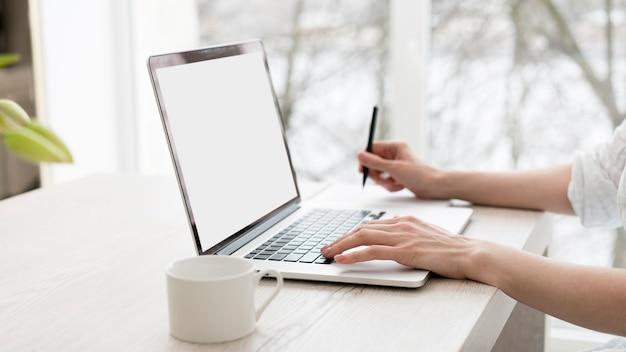 Nahaufnahmearbeiter mit laptop