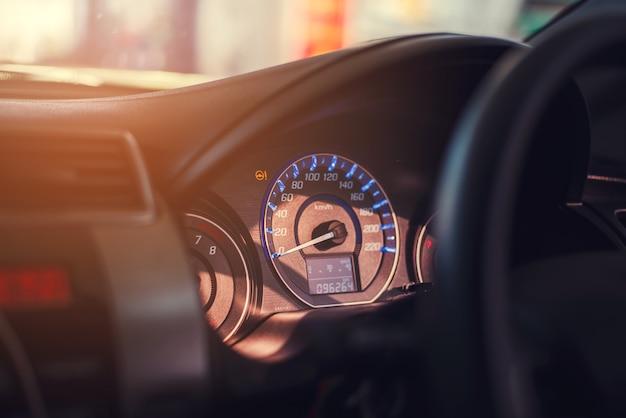 Nahaufnahmearmaturenbrett des kilometerautos