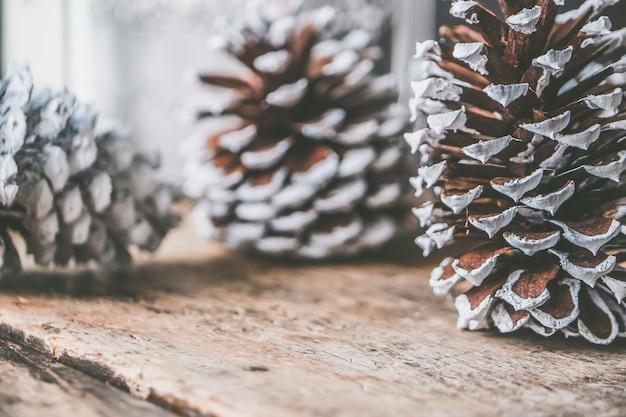 Nahaufnahmeaufnahme der dekorativen tannenzapfen für die weihnachtszeit