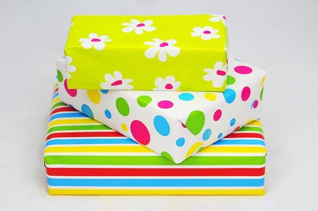 Nahaufnahmeaufnahme der eingewickelten bunten geschenkboxen auf einer weißen oberfläche