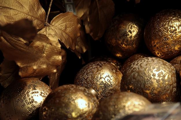 Nahaufnahmeaufnahme der goldenen kugeln eines weihnachtsbaumes