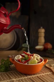 Nahaufnahmeaufnahme der köstlichen asiatischen suppe mit verschiedenem gemüse