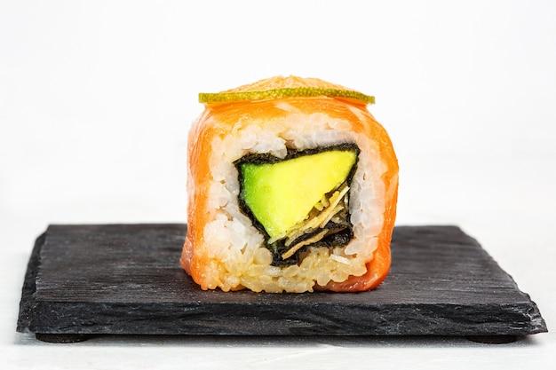 Nahaufnahmeaufnahme der köstlichen sushi-rolle mit avocado