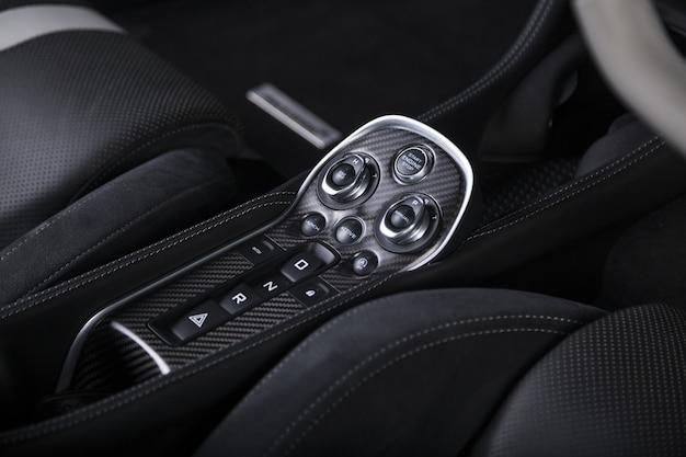 Nahaufnahmeaufnahme der motorstartknöpfe innerhalb eines modernen sportwagens