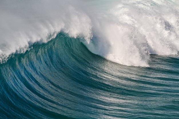 Nahaufnahmeaufnahme der ozeanwellen, die eine schöne kurve schaffen