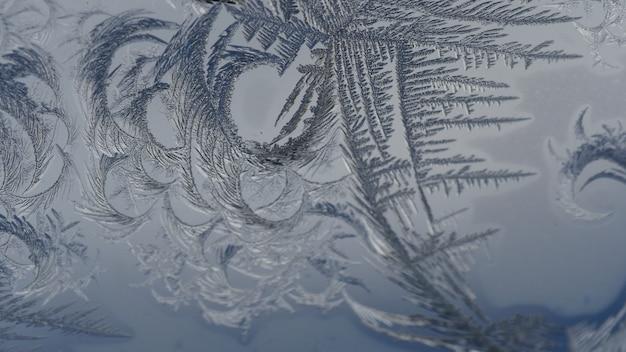 Nahaufnahmeaufnahme der schönen frostmuster und der texturen auf einem glas