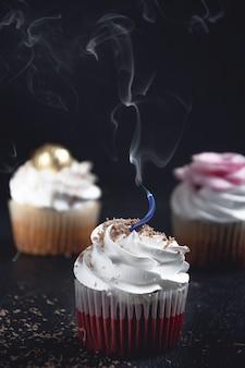 Nahaufnahmeaufnahme der süßen kekse auf schwarzem hintergrund