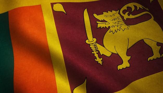 Nahaufnahmeaufnahme der wehenden flagge von sri lanka mit interessanten texturen
