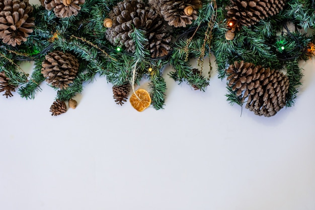 Nahaufnahmeaufnahme der weihnachtsdekoration mit tannenzapfen