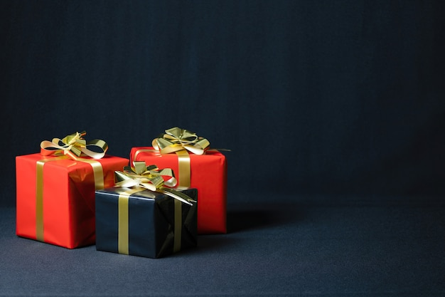 Nahaufnahmeaufnahme der weihnachtsgeschenkboxen lokalisiert auf einem dunklen hintergrund