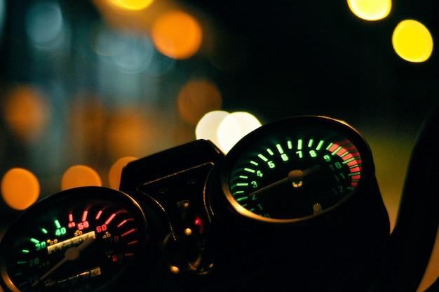 Nahaufnahmeaufnahme des kilometerzählers eines motorrades