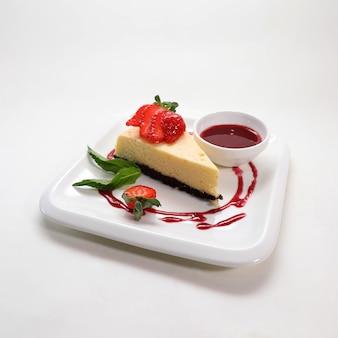 Nahaufnahmeaufnahme des köstlichen käsekuchens mit erdbeeren
