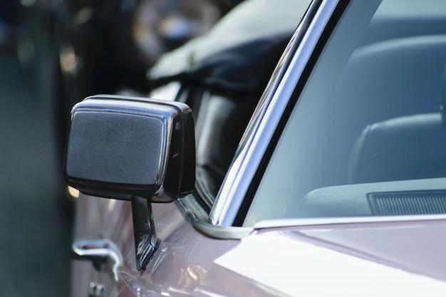 Nahaufnahmeaufnahme des spiegels eines metallischen autos