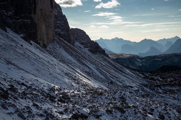 Nahaufnahmeaufnahme des verschneiten gebiets tre cime di lavaredo, dolomiten, belluno, italien
