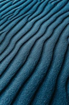 Nahaufnahmeaufnahme einer blau gefärbten sanddünen an einem strand