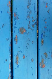 Nahaufnahmeaufnahme einer blauen verwitterten rostigen metallwand mit abgebrochener farbe
