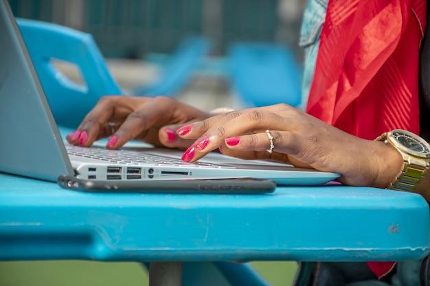 Nahaufnahmeaufnahme einer frau unter verwendung eines laptops