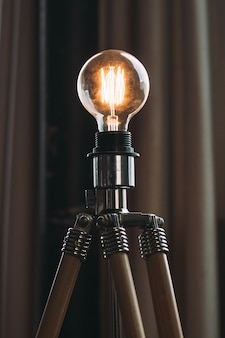 Nahaufnahmeaufnahme einer hochspannungsglühbirne auf einem stativ in einem studio