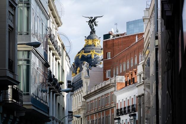 Nahaufnahmeaufnahme einer kuppel mit victoria-statue, metropolis-gebäude, madrid, spanien
