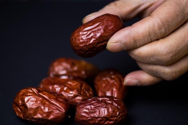 Nahaufnahmeaufnahme einer person, die alte fruchtstücke hält
