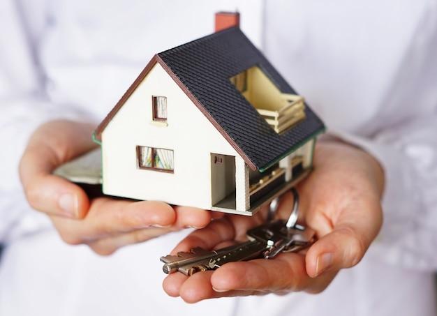 Nahaufnahmeaufnahme einer person, die daran denkt, ein haus zu kaufen oder zu verkaufen