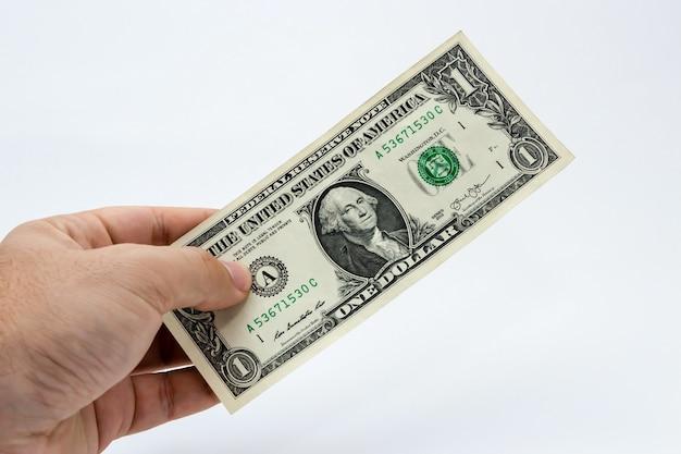 Nahaufnahmeaufnahme einer person, die einen dollarschein hält