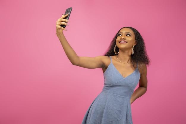 Nahaufnahmeaufnahme einer schönen frau, die ein selfie nimmt, um auf sozialen medien zu teilen