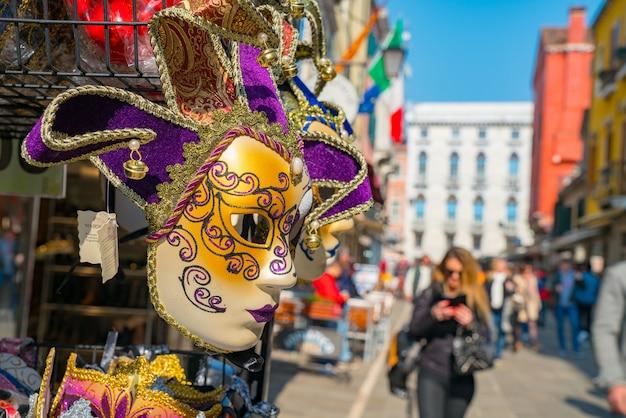 Nahaufnahmeaufnahme einer schönen karnevalsmaske in einer straße von venedig