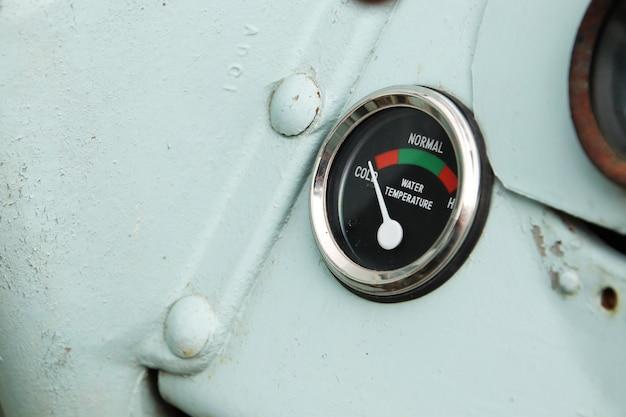 Nahaufnahmeaufnahme einer wassertemperaturanzeige auf einem schiff