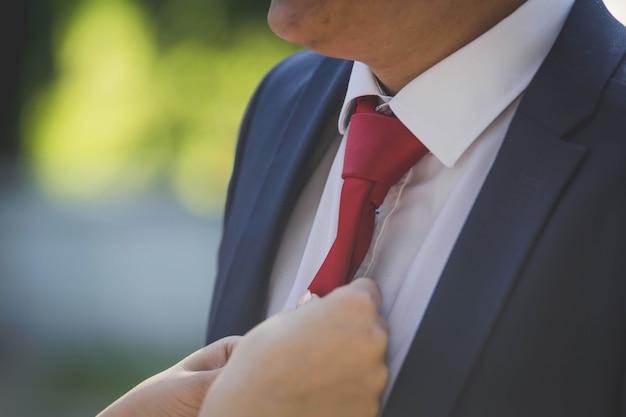 Nahaufnahmeaufnahme eines bräutigams, der sich für die hochzeit fertig macht