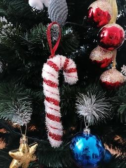 Nahaufnahmeaufnahme eines geschmückten weihnachtsbaumes