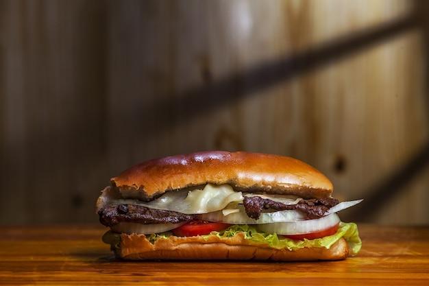 Nahaufnahmeaufnahme eines köstlichen hausgemachten kolumbianischen hamburgers auf dem tisch