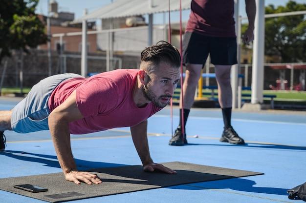 Nahaufnahmeaufnahme eines mannes, der mit seinem trainer trainiert