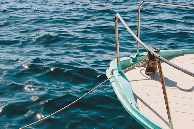 Nahaufnahmeaufnahme eines schiffes, das in der ruhigen see an einem schönen tag segelt