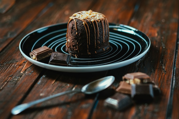 Nahaufnahmeaufnahme eines schokoladenkuchens auf einem holztisch