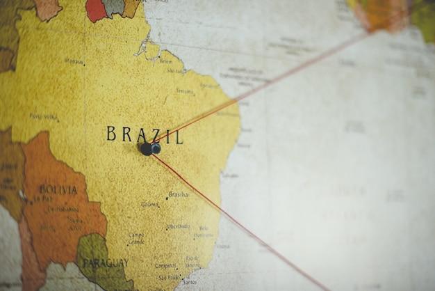 Nahaufnahmeaufnahme eines schwarzen stiftes auf dem brasilianischen land auf der karte