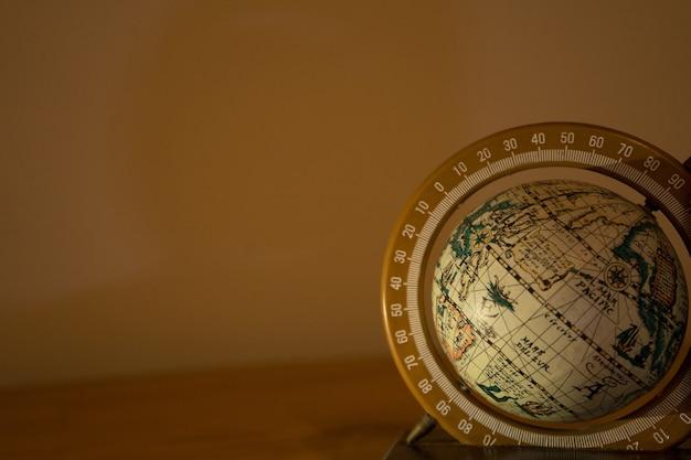 Nahaufnahmeaufnahme eines sich drehenden globus auf beige