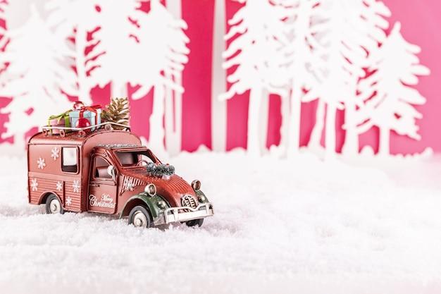 Nahaufnahmeaufnahme eines spielzeugautos für weihnachtsdekoration auf schnee