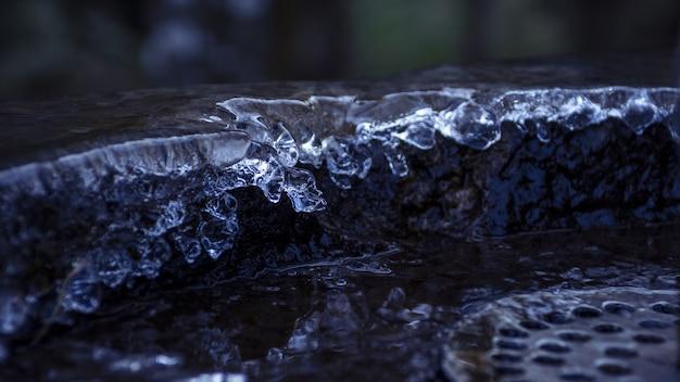 Nahaufnahmeaufnahme eines steinbrunnens mit tropfendem wasser