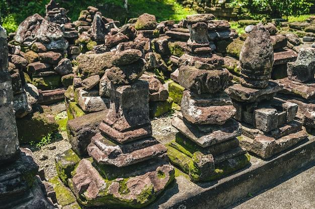Nahaufnahmeaufnahme eines steinhaufens in einem tempel in bali, indonesien