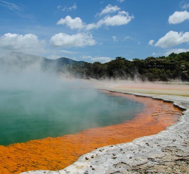 Nahaufnahmeaufnahme eines thermalsees am wai-o-tapu, rotorua, neuseeland