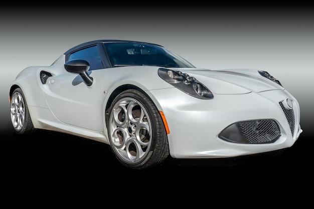 Nahaufnahmeaufnahme eines weißen autos in einem dunklen hintergrund