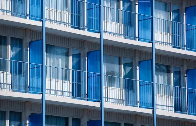 Nahaufnahmeaufnahme eines wohnhauses mit blauen balkonteilern