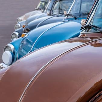 Nahaufnahmeaufnahme mehrerer autos, die tagsüber nebeneinander geparkt sind