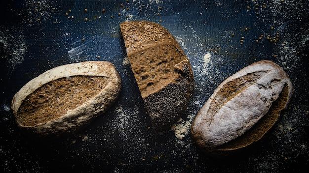 Nahaufnahmeaufnahme von drei köstlichen glutenfreien broten
