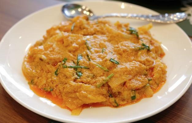 Nahaufnahmeaufruhr gebratene gelbe currykrabbe