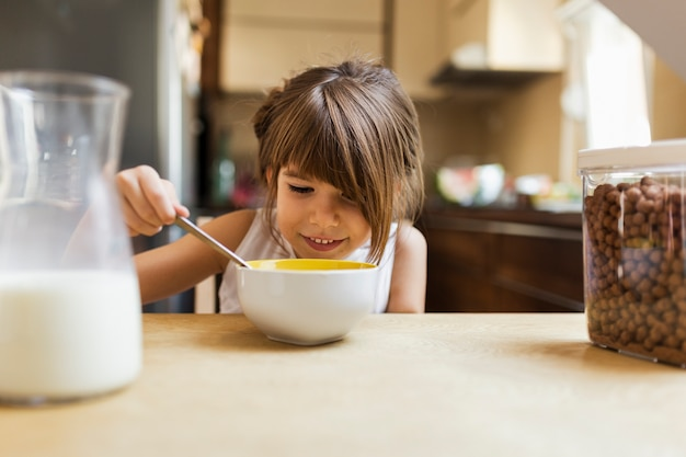 Nahaufnahmebaby, das frühstück isst